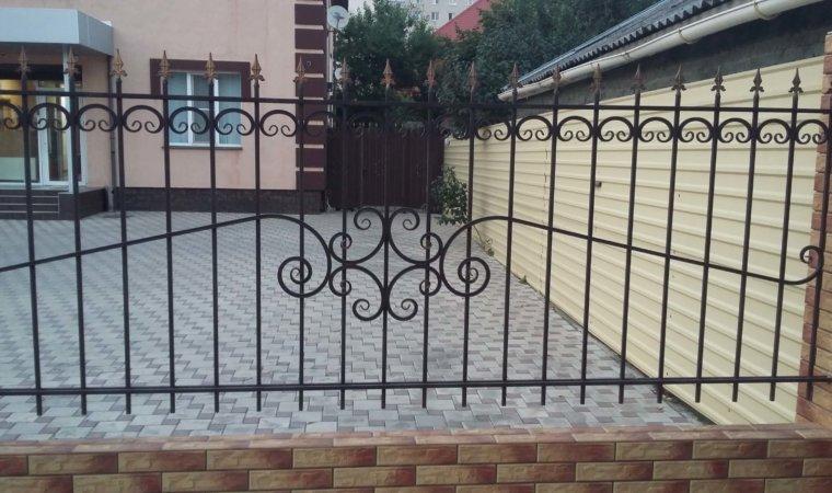 Секционный забор с элементами художественной ковки