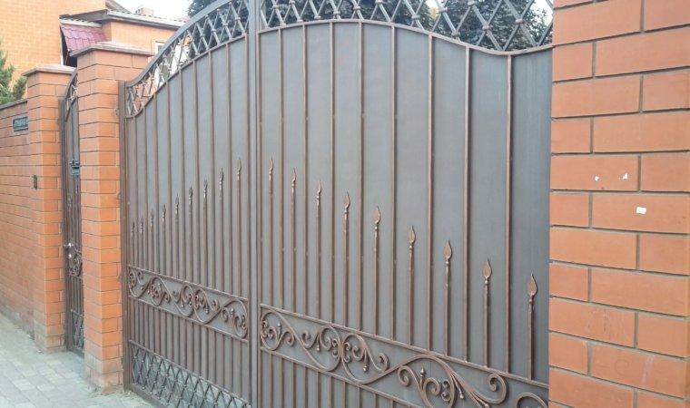 Ворота из листа с элементами художественной ковки